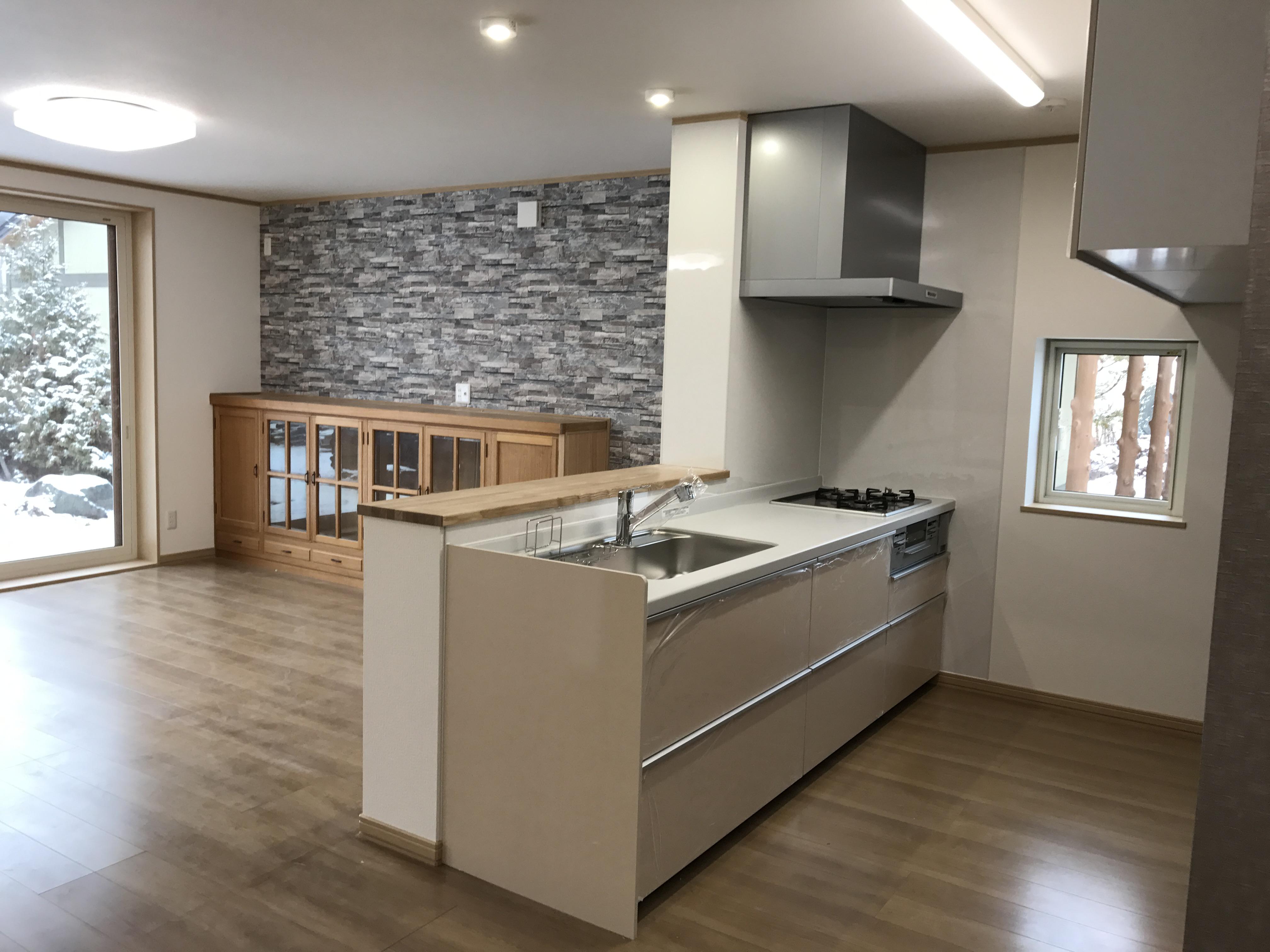 リビングや庭が一望できる対面キッチン